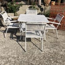 Ensemble de jardin en fer forgé des années 50,comprenant une table carré et 4 fauteuils